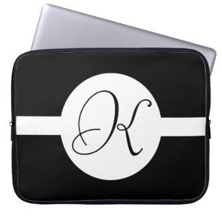 Funda Para Ordenador Monograma blanco y negro del círculo