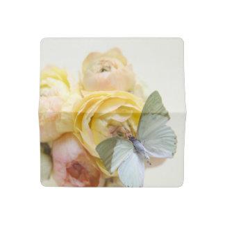 Funda Para Talonario De Cheques Palidezca - la mariposa verde en las flores