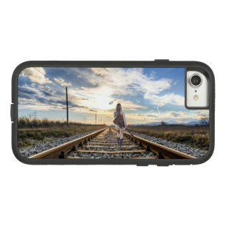 Funda Tough Extreme De Case-Mate Para iPhone 8/7 Chica con la guitarra en pistas de ferrocarril