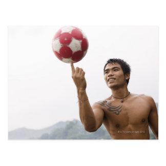 Fútbol de giro del individuo en el dedo postal
