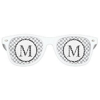 Gafas De Fiesta Retro Monograma simple con el tablero de damas gris