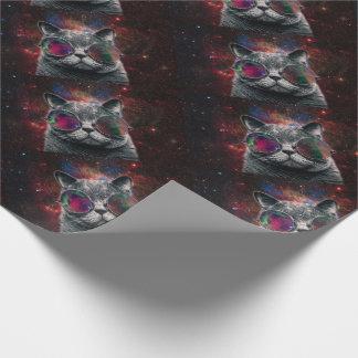 Gafas que llevan del gato del espacio delante de papel de regalo