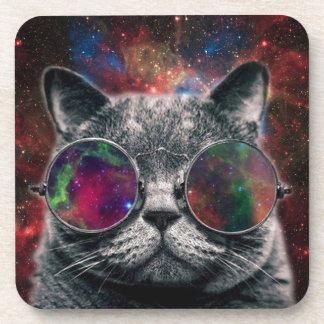 Gafas que llevan del gato del espacio delante de posavasos