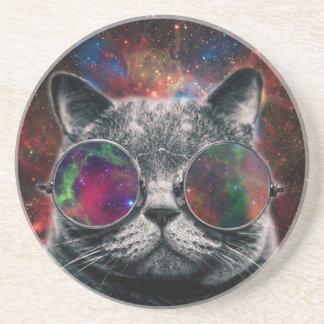 Gafas que llevan del gato del espacio delante de posavasos de arenisca