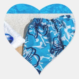 Gafas y toalla de los troncos de natación en la pegatina en forma de corazón