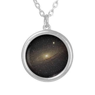 Galaxia del Andromeda Collar Plateado