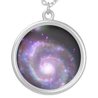 Galaxia espiral clásica collar plateado