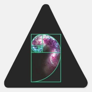 Galaxia espiral de Fibonacci Pegatina Triangular
