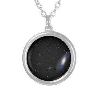 Galaxia espiral M106 Collar Plateado