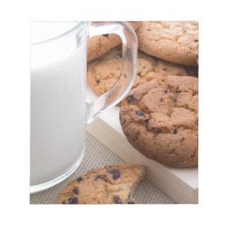 Galletas de la leche y de harina de avena con el bloc de notas
