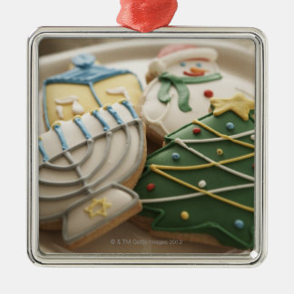 Galletas del navidad y de Jánuca en la placa, Adorno Cuadrado Plateado