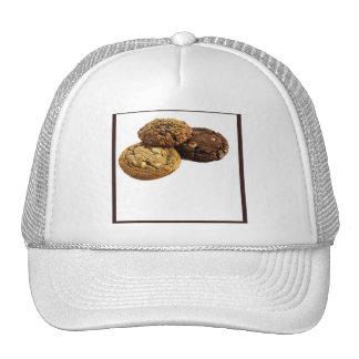 Galletas y otros postres deliciosos en blanco gorras