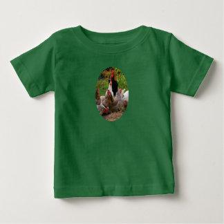 Gallinas de los pollos del corral y camiseta