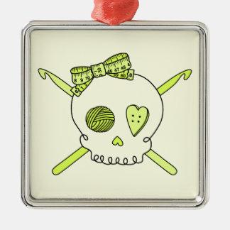 Ganchos del cráneo y de ganchillo fondo amarillo ornamento de navidad