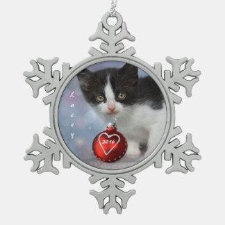 Gatito blanco y negro personalizado del navidad adorno de peltre en forma de copo de nieve