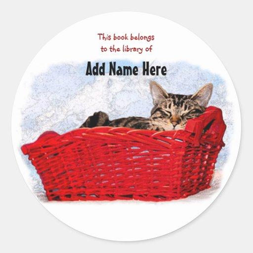 Gatito el dormir en cesta roja brillante pegatinas redondas
