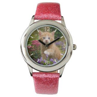 Gatito lindo del gato del jengibre en dial-placa reloj