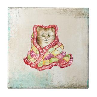 Gatito nacional lindo con una manta adorable roja azulejo cuadrado pequeño
