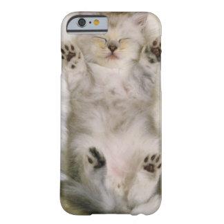 Gatito que duerme en una alfombra mullida blanca, funda barely there iPhone 6