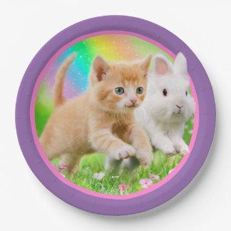 Gatito y conejito con el arco iris plato de papel