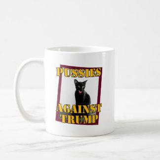 Gatitos contra el triunfo taza de café