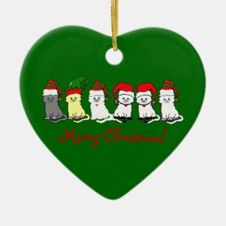 Gatitos del navidad en un ornamento de cerámica de adorno navideño de cerámica en forma de corazón