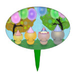 Gatitos lindos en gorras del fiesta con los globos decoraciones para tartas