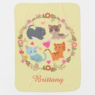 Gatitos lindos en manta del bebé de la guirnalda