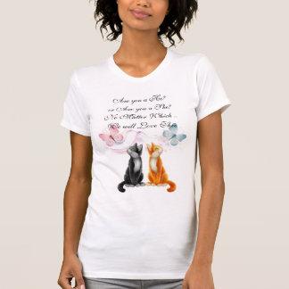 Gatitos y mariposas que cuentan con la camiseta