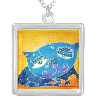 Gato azul collar plateado