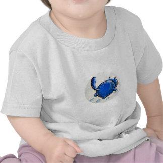 Gato azul en la nieve camisetas