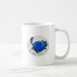 Gato azul en la nieve tazas