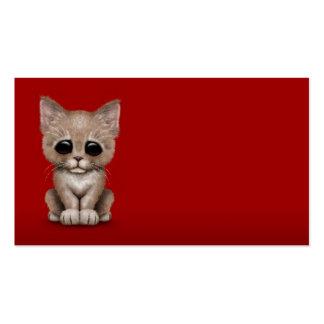 Gato beige lindo triste del gatito en rojo tarjeta personal