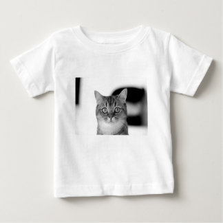 Gato blanco y negro que mira derecho usted camiseta de bebé