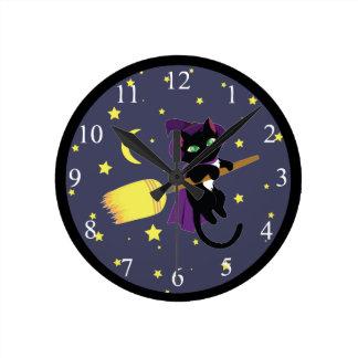 Gato de la bruja del vuelo reloj redondo mediano