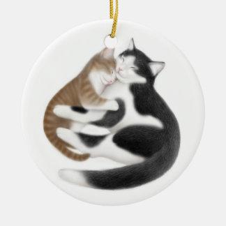 Gato de la mamá y su ornamento del gatito