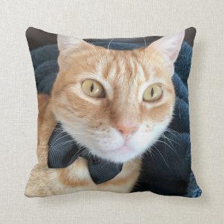 Gato de la pajarita cojín decorativo