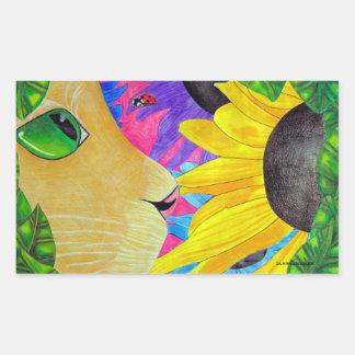 Gato de ojos verdes con la mariquita y la flor pegatina rectangular