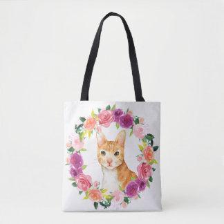 Gato de Tabby anaranjado con la bolsa de asas