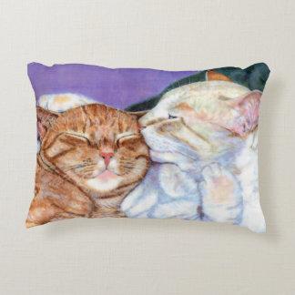 Gato de Tabby anaranjado y beso blanco del amor