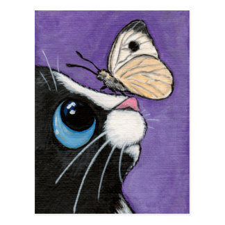 Gato del smoking y pintura blanca de la mariposa postal