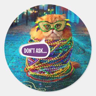 Gato divertido con las gotas coloridas en el pegatina redonda