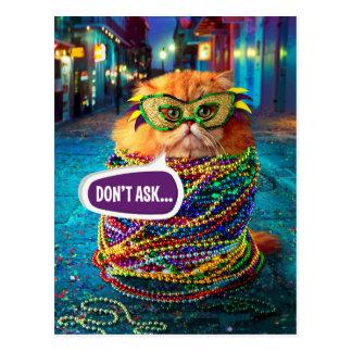 Gato divertido con las gotas coloridas en el postal
