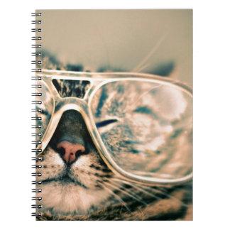 Gato divertido con los vidrios cuaderno