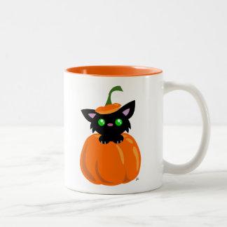 Gato en la taza de café de la calabaza