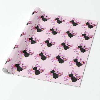 Gato en papel de embalaje brillante de las flores