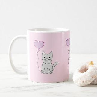 Gato gris con la taza del el día de San Valentín