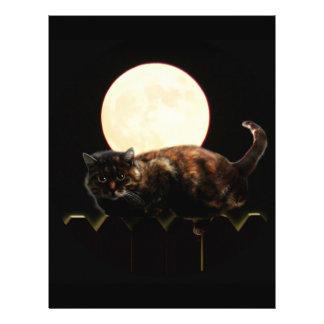 Gato iluminado por la luna en una cerca con la Lun Tarjeta Publicitaria