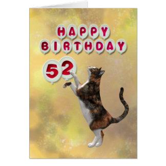 Gato juguetón y 52.os globos del feliz cumpleaños tarjeta de felicitación