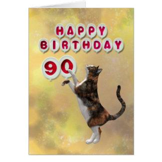Gato juguetón y 90.os globos del feliz cumpleaños tarjetas